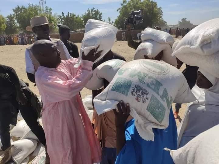 People carry distributed food at zabarmari